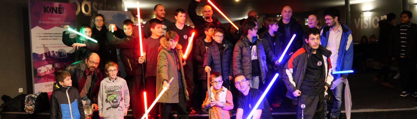 Photo de groupe avec sabre laser pour la sortie familiale organisée par énergie sport culture lors de la sortie du film Starwars 9