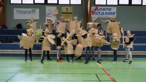 Groupe d'enfant portant des armures en carton